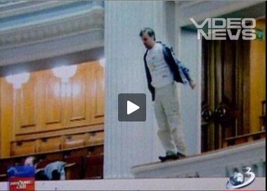 un om s-a aruncat de la palconul parlamentului